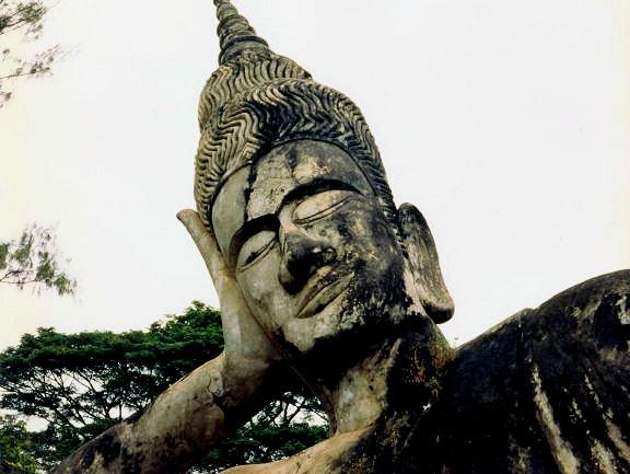 vientiane_wat xieng khuan_reclining buddha