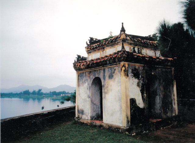 hue_buddhist shrine