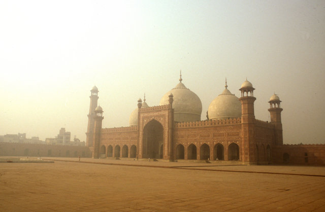 lahore_badshahi mosque_morning mist