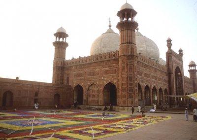 lahore_badshahi mosque_preparations for friday prayers
