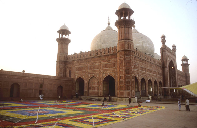 lahore_badshahi mosque_preparations for friday prayers