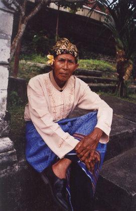 tanah lot_hindu elder