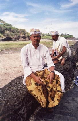 tanah lot_hindu priests