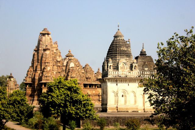 khajuraho_vishwanath and parvati temples