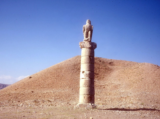 nemrut dag_stone pillar