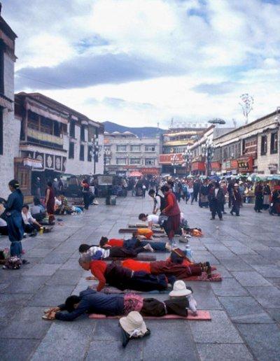 lhasa_barkhor_devotees near jokhang temple