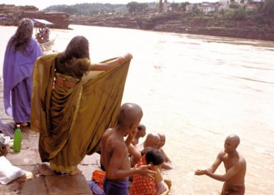 omkareshwar_bathers