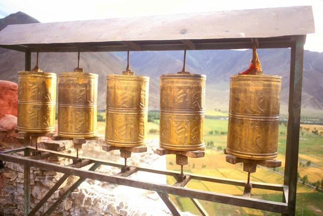 tsedang_yumbulakhang castle_prayer wheels