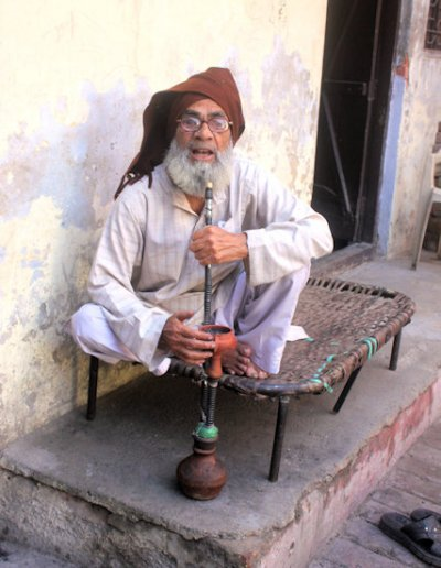 bareilly_man with shisha