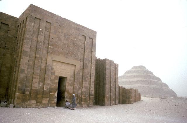 saqqara_step pyramid of zoser and entrance to complex