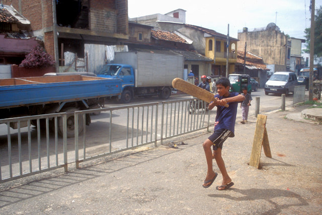 colombo_adolescent playing cricket