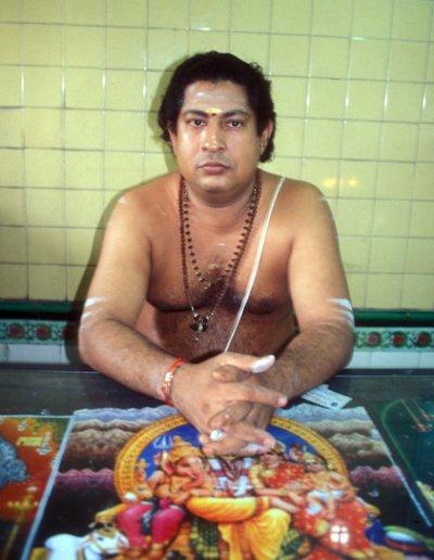 colombo_old kathiresan kovil_hindu priest
