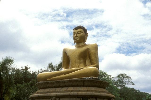 colombo_viharamahadevi park_buddha statue