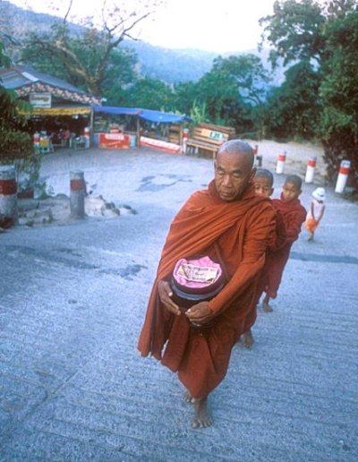 kyaikto_buddhist monk and novices